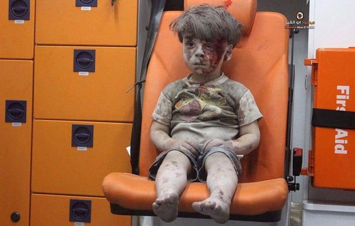 Siria, un video mostra bimbo salvato dalle macerie di Aleppo